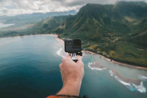 Go por camera being overlooking the sea